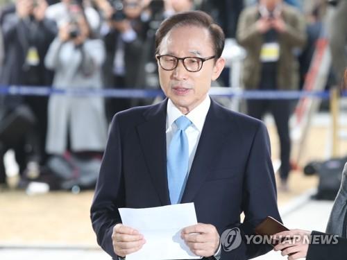 3月14日上午,在首尔市中央地方检察厅,涉嫌受贿侵吞逃税的李明博在以犯罪嫌疑人身份到案受讯前表态。(韩联社)
