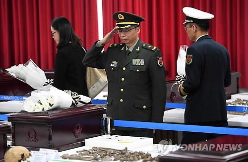 3月26日,在仁川韩国陆军第17师团,出席韩国战争中国人民志愿军遗骸入殓仪式的中方人士向遗骸敬礼。(完)