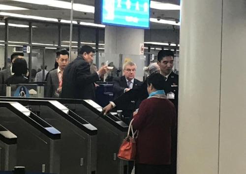 3月29日,国际奥委会主席托马斯・巴赫(右三)现身北京机场。(韩联社)