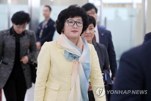 3月29日,在釜山金海机场,朝鲜足协副主席韩恩庆飞抵韩国。(韩联社)