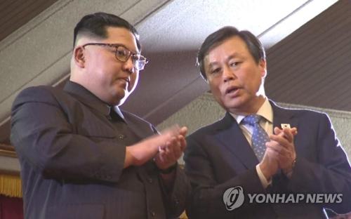 4月1日下午,在东平壤大剧院,朝鲜劳动党委员长金正恩(左)和韩国文化体育观光部长官都钟焕在观看韩国艺术团演出时交谈。(韩联社/联合采访团)