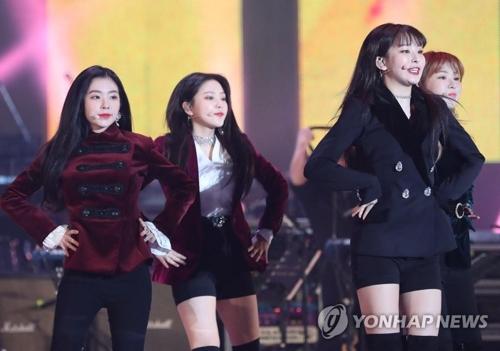 女团Red Velve在平壤舞台献艺。(韩联社)