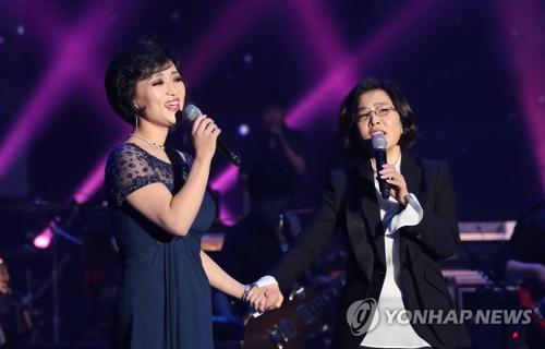 李仙姬和朝鲜歌手合唱。(韩联社)