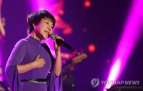 韩国歌手崔辰��倾情献唱。(韩联社)