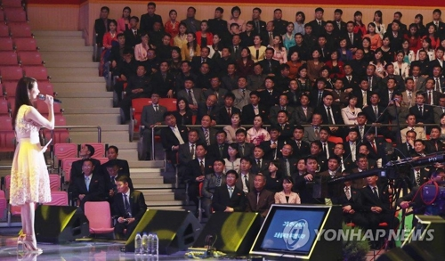韩朝平壤联合演出中徐玄倾情献唱。(韩联社)