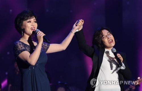 李仙姬(右)与朝鲜歌手合唱。(韩联社)