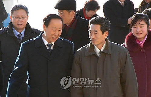 资料图片:2010年中国共产党对外联络部部长王家瑞(左)访朝时,朝鲜劳动党国际部副部长金圣南到机场迎接。(韩联社)