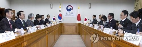 4月11日,在首尔韩国外交部大楼,韩国外长康京和(左三)在韩日外长会谈上致辞。(韩联社)