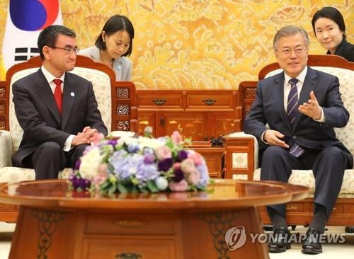 4月11日下午,在韩国青瓦台,总统文在寅(右)接见到访的日本外务大臣河野太�O。(韩联社)