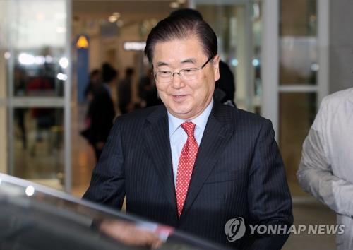 4月13日下午4时41分许,韩国青瓦台国家安保室室长郑义溶从美国飞抵仁川国际机场。(韩联社)