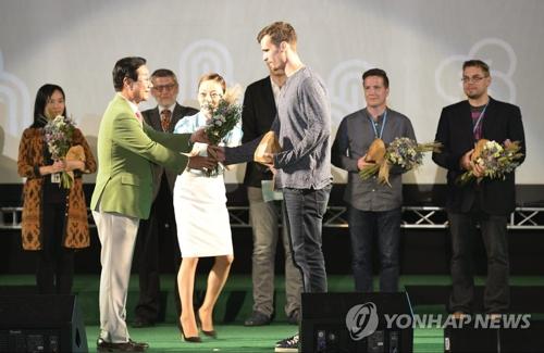 资料图片:第二届蔚州世界山地电影节颁奖典礼(韩联社/蔚州世界山地电影节提供)
