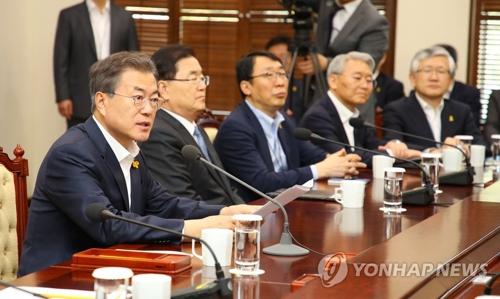 4月16日下午,在青瓦台,韩国总统文在寅(左一)在首席秘书和助理会议上发言。(韩联社)