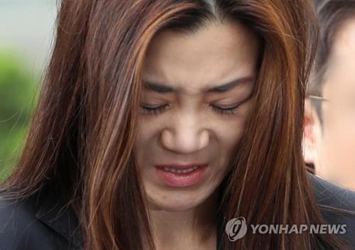 资料图片:5月1日,在首尔江西警察署,韩进集团总裁赵亮镐的次女、大韩航空专务赵显�G前往警察署接受调查。(韩联社)