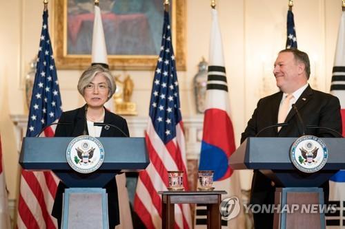 资料图片:5月11日,在华盛顿美国国务院大楼,康京和(左)与蓬佩奥共同会见记者,介绍会谈结果。(韩联社/欧新社)