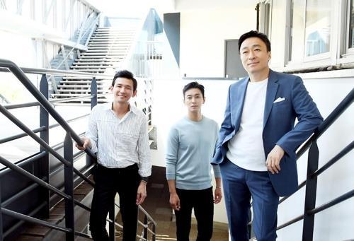 演员黄政民(左起)、朱智勋、李圣�F(韩联社/CJ娱乐提供)