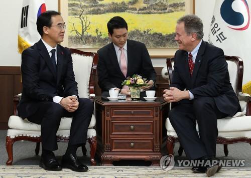 资料图片:2017年11月22日,统一部长官赵明均(左)会晤联合国世界粮食计划署执行干事戴维・比斯利。(韩联社/统一部提供)