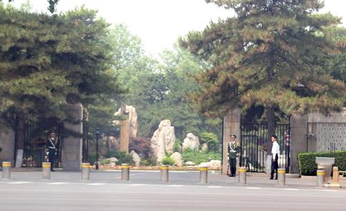 5月14日上午,疑似是朝鲜高层的人士乘坐朝鲜大使馆车辆驶入钓鱼台国宾馆东门。图为武警站岗、戒备森严的钓鱼台。(韩联社)