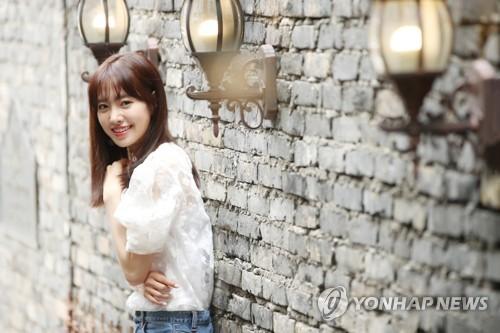 5月14日上午,在首尔龙山区梨泰院一咖啡屋,演员陈世妍接受记者采访前摆姿势供拍照。(韩联社)