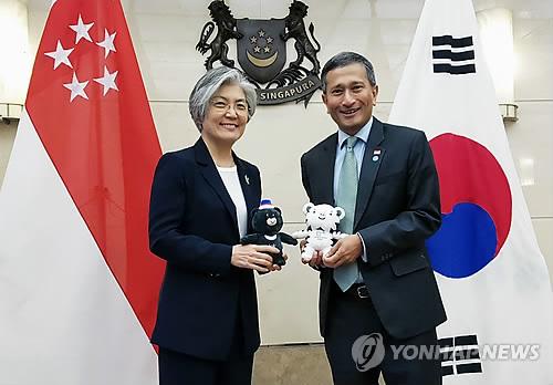 资料图片:康京和(左)与维文(韩联社)