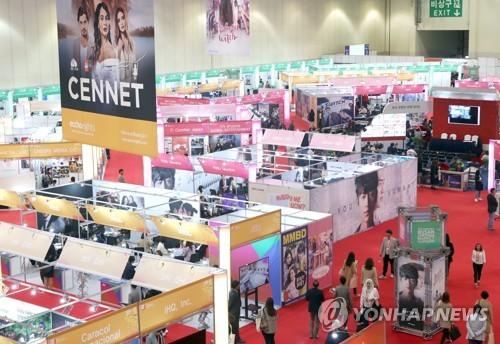 资料图片:5月9日,在釜山会展中心,2018年釜山内容市场展出世界各地的影视作品。(韩联社)