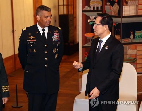 资料图片:韩国国防部长官宋永武(右)和韩美联合司令部司令文森特・布鲁克斯(韩联社)