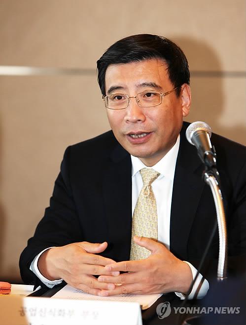 资料图片:中国工业和信息化部部长苗圩(韩联社/产业通商资源部提供)
