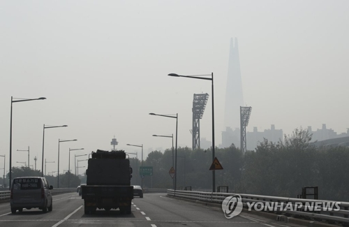 资料图片:5月15日上午,首尔空气质量较差,乐天世界大厦隐约可见。(韩联社)