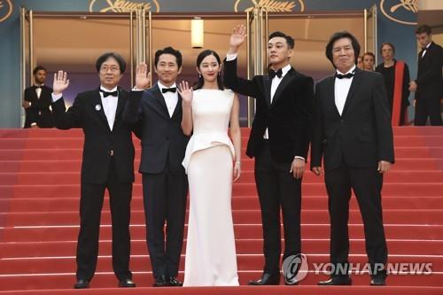 左起为李俊东、史蒂文・延、全钟瑞、刘亚仁、李沧东。(韩联社/美联社)