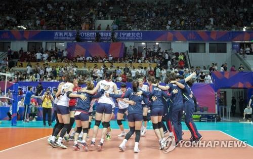 5月17日,在宁波北仑体育中心,韩国队在2018国际排联主办的世界排球联赛第一周竞赛中以3比0战胜世界劲旅中国队。图为韩国队选手获胜后欢呼庆祝。(韩联社/国际排联提供)