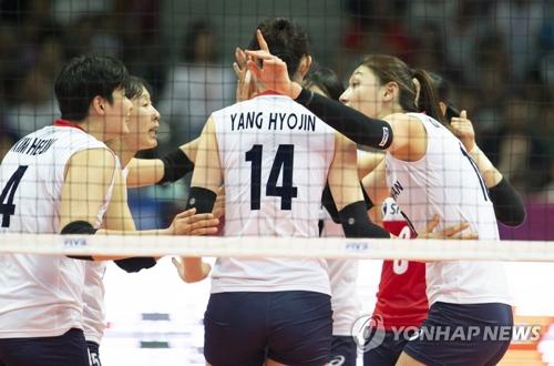 5月17日,世界排球联赛第一周竞赛在宁波北仑体育中心举行。图为韩国队对战中国队现场。(韩联社/国际排联提供)