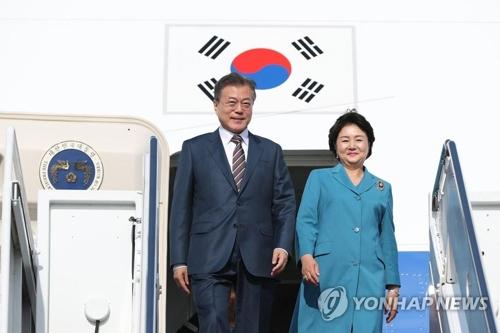 当地时间5月21日下午,韩国总统文在寅和夫人金正淑抵达美国华盛顿。(韩联社)