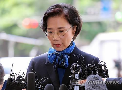 5月28日,在首尔地方警察厅,到案的李明姬回答媒体提问。(韩联社)
