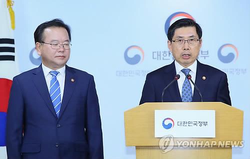 5月31日,在韩国中央政府首尔办公楼,韩国法务部长官朴相基(右)和行政安全部长官金富谦对全体国民发表讲话,呼吁积极行使投票权利,共建风清气正的选举环境。(韩联社)
