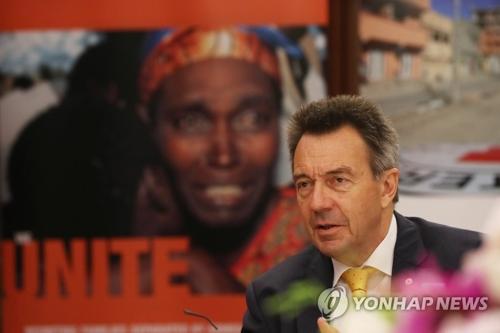 6月4日,在首尔中区世宗酒店,红十字国际委员会主席彼得・毛雷尔接受韩联社记者采访。(韩联社)