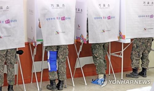 6月8日上午,在江原道春川市新北邑事务所投票站,军人们在参加地方选举缺席投票。(韩联社)
