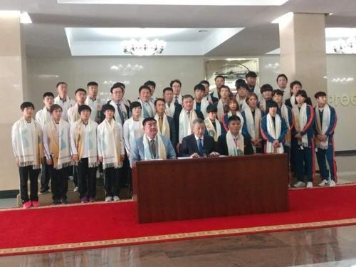 6月8日,在蒙古国会议事堂,韩朝柔道代表队开会讨论组建联队事宜。(韩联社/韩国大韩柔道会提供)