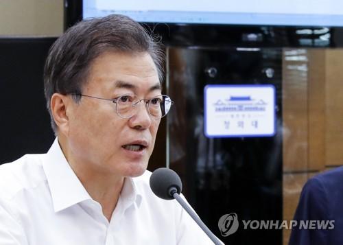 资料图片:6月11日,在青瓦台,文在寅在主持幕僚会议时发言。(韩联社)