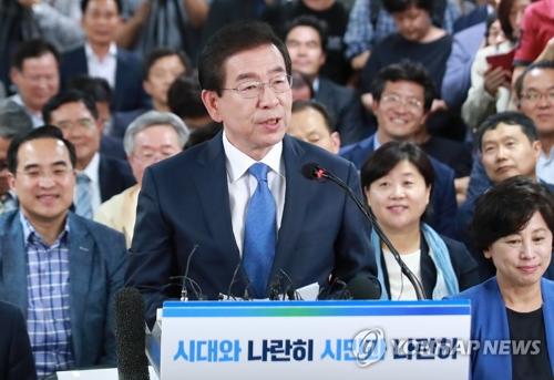 6月13日,在首尔钟路区,民主党籍首尔市长候选人朴元淳发表讲话对市民表示感谢。(韩联社)