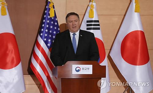 6月14日上午,在位于首尔钟路区的韩国外交部大楼,美国国务卿蓬佩奥在韩美日外长记者会上回答记者提问。(韩联社)