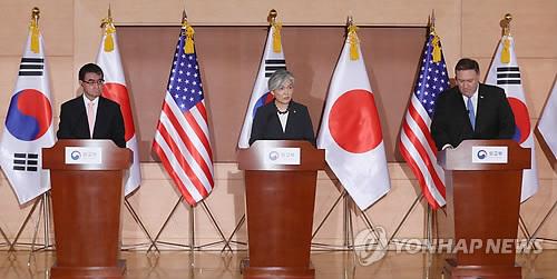 6月14日上午,在位于首尔钟路区的外交部大楼,美国国务卿蓬佩奥(右起)、韩国外长康京和和日本外相河野太郎联合举行记者会。(韩联社)