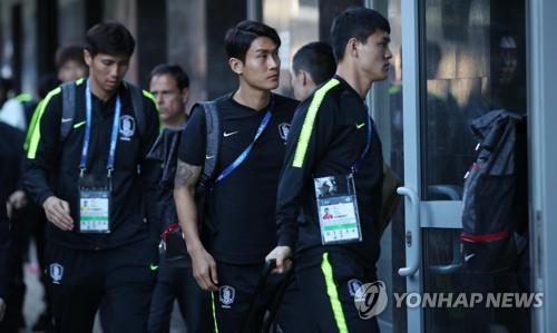 当地时间6月16日,韩国男子足球队抵达位于俄罗斯下诺夫哥罗德的宿舍。韩国队18日将迎来本届世界杯的首场比赛,对阵瑞典队。(韩联社)