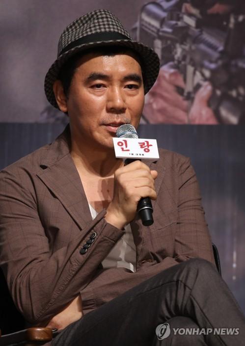 6月18日上午,在首尔市CGV星聚汇影城狎鸥亭店,导演金知云出席电影《人狼》发布会并致辞。(韩联社)