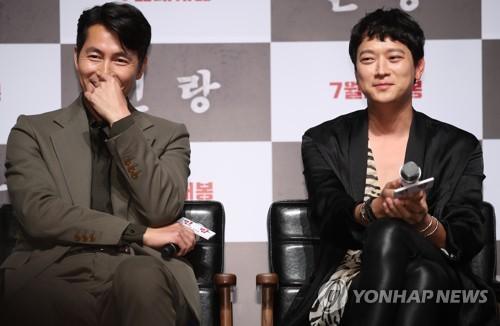 6月18日上午,在首尔市CGV星聚汇影城狎鸥亭店,演员郑雨盛(左)和</p><p>姜栋元出席电影《人狼》发布会。(韩联社)