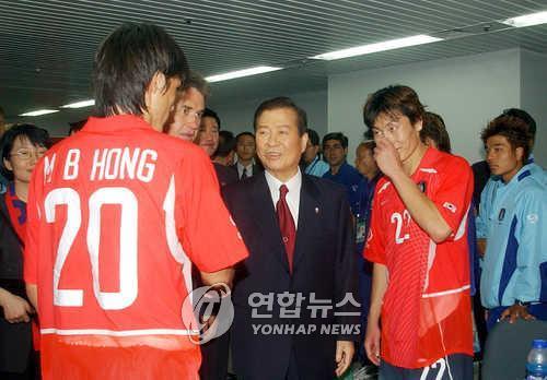 资料图片:金大中在韩葡赛结束后勉励球员。(韩联社)