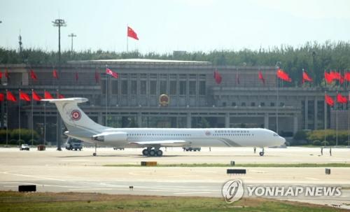 """6月20日,金正恩的专机""""苍鹰一号""""在北京首都国际机场准备起飞。(韩联社)"""