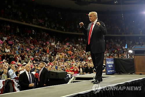 当地时间6月20日,在名尼苏达杜鲁斯,美国总统特朗普进行集会演讲。(韩联社/路透社)