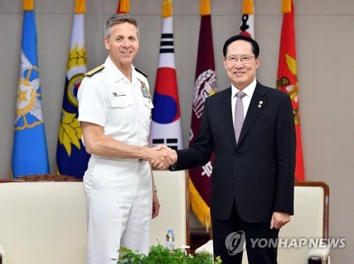 6月25日,在首尔国防部大楼,韩国国防部长官宋永武(右)和美国印太司令部司令菲利普・戴维森举行会谈后,握手合影。(韩联社/国防部提供)