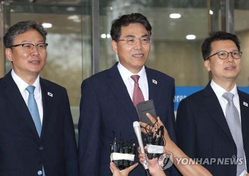 6月26日,在首尔市南北会谈本部,铁路会谈韩方首席代表金正烈(居中)启程赴会前答记者问。(韩联社)