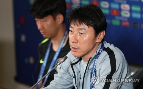当地时间26日,在喀山体育场,申台龙于末轮小组赛前开记者会。(韩联社)