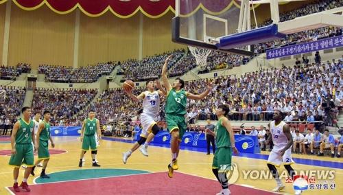 7月4日下午,在平壤柳京郑周永体育馆,韩朝选手混合组成的韩朝统一篮球赛和平队与繁荣队进行男子混合赛。(韩联社/朝中社)
